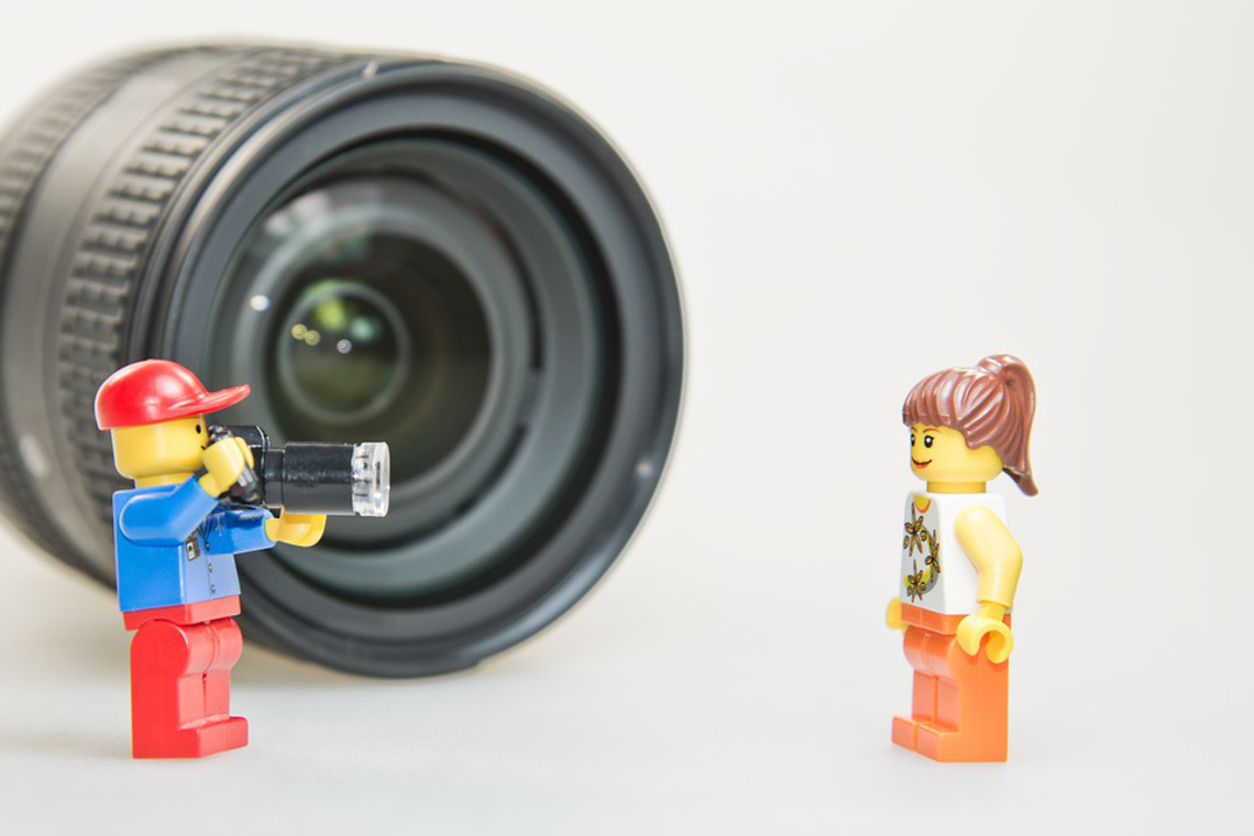Lego prenant un modele en photo